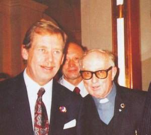 President Václav Havel a otec Lang v londýnském jesuitském kostele ve Farm Street - na mši svaté s československou krajanskou komunitou - duben 1990